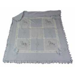 coperta in lana e lavorazioni in organza